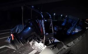 Una 'narcolancha' se cae de un remolque en la autopista y provoca un accidente