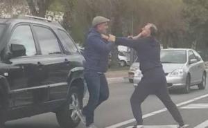 Dos conductores se enzarzan a puñetazos en mitad de la calzada en Marbella