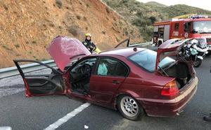 Bomberos rescatan a un conductor atrapado en su vehículo tras dar varias vueltas de campana