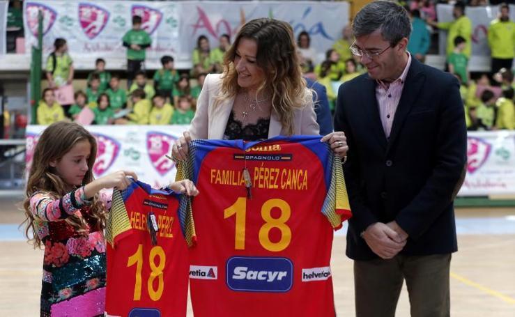 Homenaje al jugador de balonmano José Luis Pérez Canca que desde hoy da nombre al pabellón de Carranque