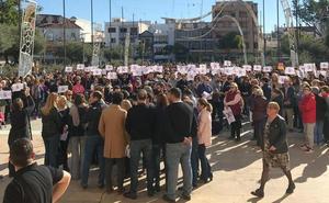 Miles de personas se concentran para mostrar su repulsa por el asesinato de una mujer en Fuengirola