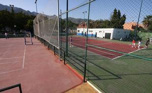 Marbella impulsa la instalación de desfibriladores en toda la red de centros deportivos municipales