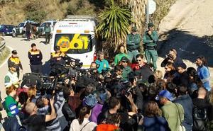 Los equipos de rescate retiran tierra del pozo para intentar localizar al pequeño Julen