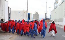 Trasladan a Málaga a más de 330 migrantes rescatados de seis pateras en el mar de Alborán