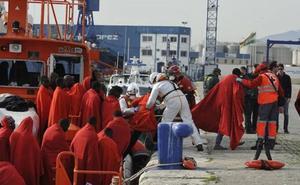Trasladan a Málaga a 193 personas rescatadas de tres pateras en el Mar de Alborán