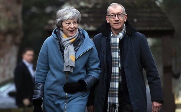 Theresa May y su marido, Phillip, acuden a la iglesia de High Wicombe, como cada domingo./WILL OLIVER (EFE)