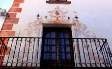 Recuperan una pintura del siglo XVIII en una fachada del centro de Estepona