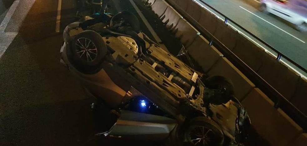 Un coche volcado tras una colisión entre dos vehículos en la A-7 en Málaga