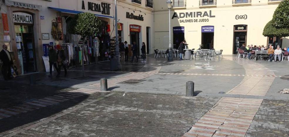 Fotodenuncia: pavimento de la plaza de España, destrozado
