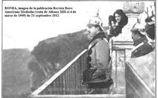 El rey Alfonso XIII se asoma a los balcones de la Alameda