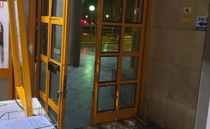 Un conductor estrella su coche contra la fachada de la Comisaría Provincial de Málaga