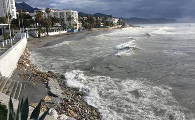 El temporal de poniente daña las playas de la Axarquía