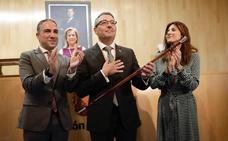 Salado asume la presidencia de la Diputación con un llamamiento a abandonar la crispación política