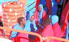 Rescatados medio centenar de inmigrantes en aguas del Estrecho y de Almería