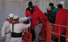 Trasladan a Málaga a 102 migrantes rescatados en el Mar de Alborán