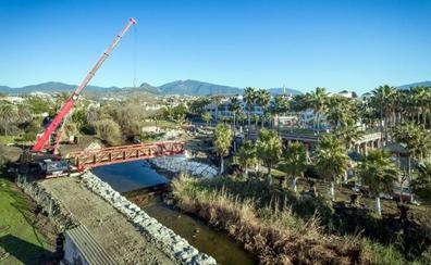 El Ayuntamiento coloca el tercer puente de la Senda Litoral sobre el arroyo Taraje