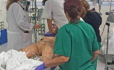 Profesionales de Urgencias realizan un simulacro de atención a un paciente crítico