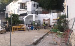 El Ayuntamiento de Casares pondrá el suelo de la iglesia y rehabilitará el patio de La Pastora