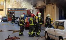 Desalojan un edificio en Vélez-Málaga por un incendio en una cochera