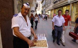 Muere el popular vendedor de almendras de calle Nueva que despachaba al grito de 'Ayyy qué ricas'