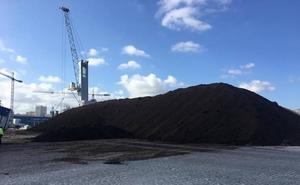 El embarque de 8.000 toneladas de hueso y orujo de aceituna deja un fuerte olor en Málaga
