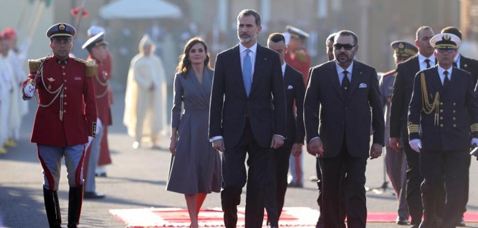 Los Reyes comienzan una primera visita de Estado fugaz a Marruecos