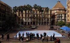 Un centenar de escolares participan en la instalación de un mapamundi de Cifal Málaga Unitar en la Plaza de la Constitución