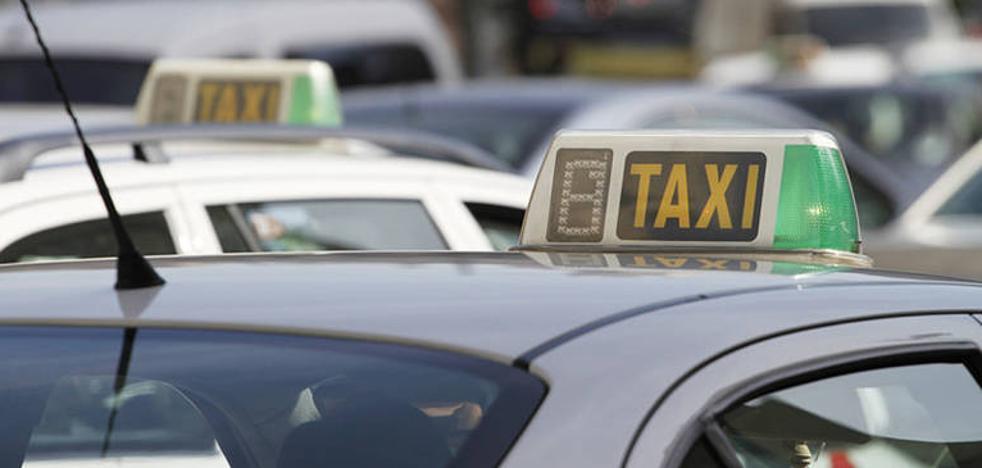 Los taxistas de la Costa exigen a la Junta que acelere su propuesta para regular los VTC