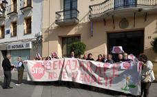 Tensión en el pleno de Vélez-Málaga con protestas de la Policía Local y de vecinos de Benajarafe por la venta de una parcela