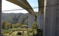 Fallece un conductor al caer su vehículo por un puente de la AP-7