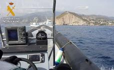 Sorprenden faenando en los Acantilados de Maro-Cerro Gordo a un pesquero denunciado 25 veces