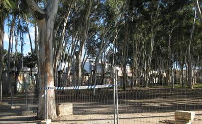 Aparcacoches cobran por estacionar en el 'camping' de los Baños del Carmen