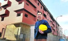Ricardo, el hombre que lleva diez años construyendo en solitario un edificio paralizado por la crisis