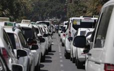 El taxi de la Costa se moviliza para exigir a la Junta que acelere la regulación de los VTC