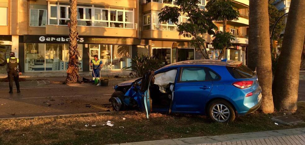 Un conductor, herido tras chocar contra un árbol en el paseo marítimo Pablo Ruiz Picasso