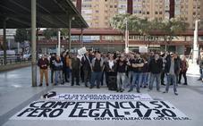 Taxistas protestan ante la Junta para exigir una regulación de los VTC