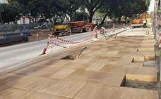 Urbanismo empieza a instalar el nuevo pavimento peatonal en la Alameda Principal