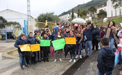 Padres de alumnos del colegio de Cortes piden el arreglo de los aseos