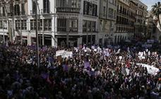 La huelga feminista reúne a miles de personas durante una mañana festiva en Málaga