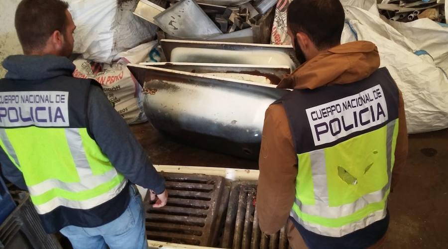 Dos personas detenidas por robar 375 tapas de alcantarilla en varias localidades malagueñas