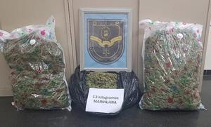 Le pillan con 13 kilos de marihuana en el maletero en Málaga e intenta huir de la policía cruzando una mediana a gran velocidad