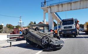 Un camión arrastra a un coche diez metros con una mujer en su interior en Marbella