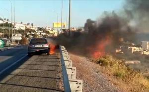 El aparatoso incendio de un coche provoca varios kilómetros de retenciones en La Cala del Moral