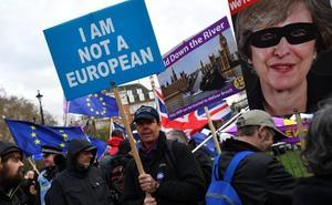 El Parlamento alarga la agonía del 'brexit' sin poner fecha a la salida