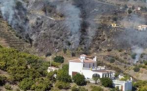 El incendio de Torrox calcina seis hectáreas y obliga a desalojar a una veintena de vecinos