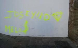 Investigan la aparición de pintadas en diferentes puntos del barrio de la Villa de Vélez-Málaga