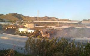 Un segundo incendio en menos de 24 horas arrasa cuatro invernaderos y una vivienda rural en Torrox