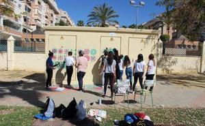 Estudiantes de San Telmo decoran la barriada de Torre Atalaya