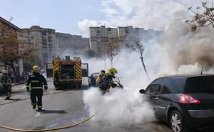 Las llamas calcinan un coche en la barriada de La Virreina