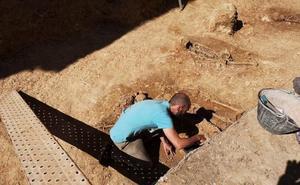 Hallan los restos de 13 enterramientos de la época andalusí